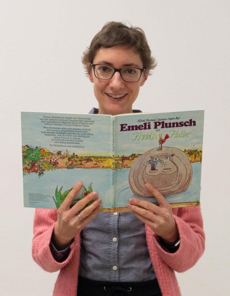 """Amelie Duckwitz mit einem Buch """"Emeli Plunsch und Fridolin Flatter"""""""