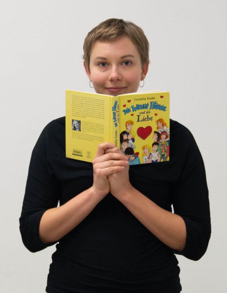 """Karla Stretz mit einem Buch """"Die wilden Hühner und die Liebe"""""""
