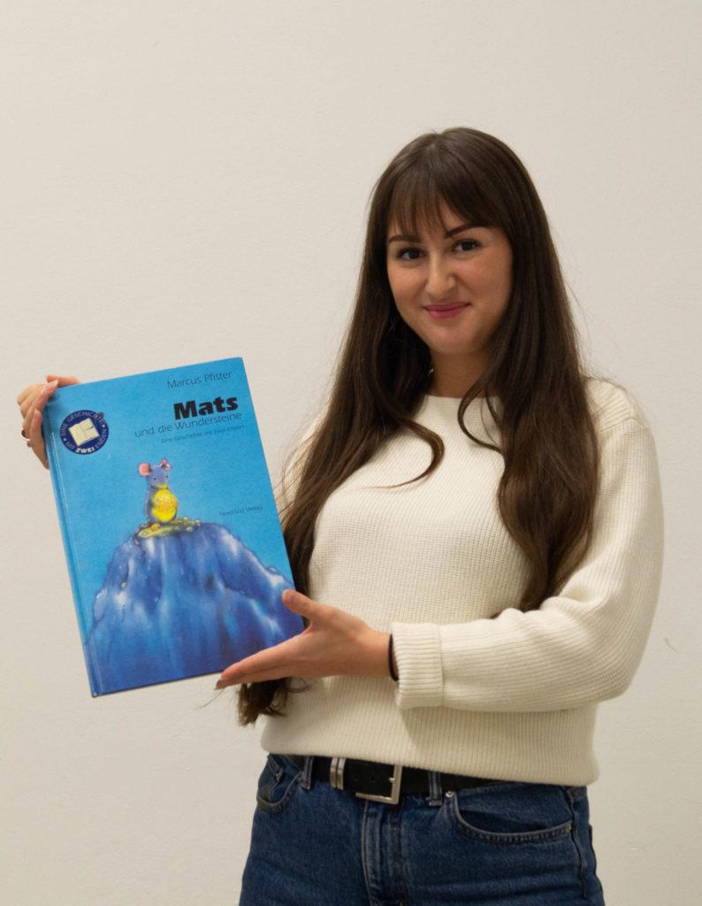 """Zoe Weiß mit dem Buch """"Mats und die Wundersteine"""""""