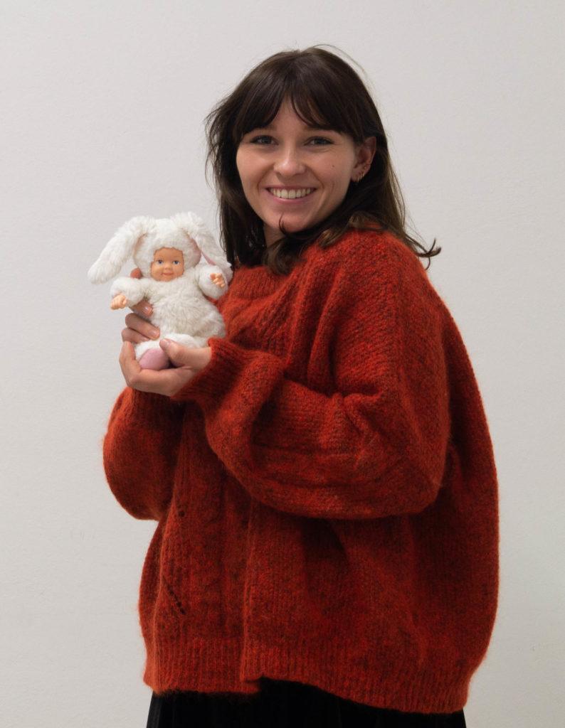 Laura Wrobel mit kleinem Plüschbaby